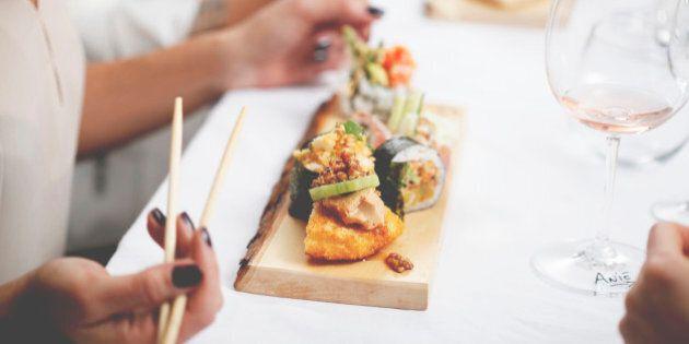 Un cours de sushi donné par une