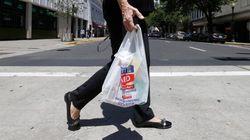 Brossard interdit la distribution des sacs de plastique dans les