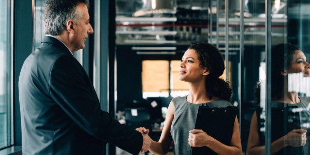 Un compliment est sincère. Habituellement non préparé, il reconnaît le travail des collègues et des clients, dans le présent. Il est plus efficace lorsqu'énoncé le plus près possible de la performance.