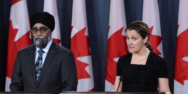 Le ministre de la Défense Harjit Sajjan et la ministre des Affaires étrangères Chrystia