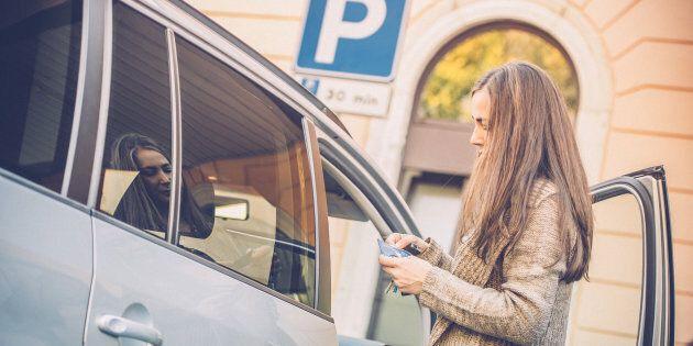 Des places de stationnement réservées aux femmes européennes créent un scandale en