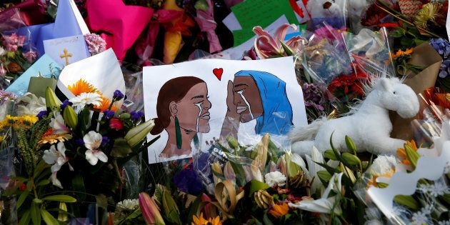 Des fleurs et des cartes de recueillement sur le site commémoratif des victimes de la fusillade de vendredi, devant la mosquée Al Noor à Christchurch, en Nouvelle-Zélande.