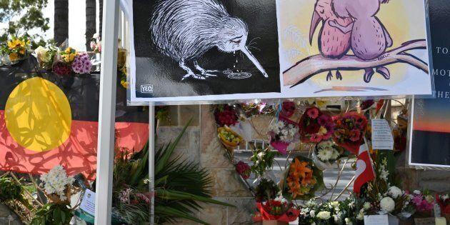 Des fleurs et des messages sont placés devant la mosquée Lakemba à Sydney, cinq jours après les attaques...
