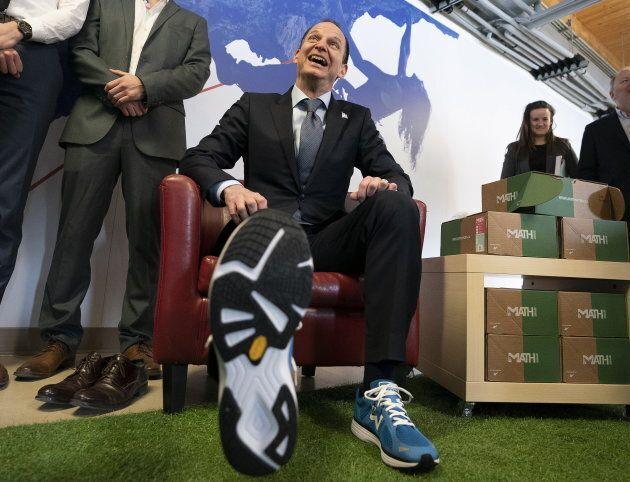 À la veille du dépôt de son budget, le ministre des Finances exhibe ses nouvelles espadrilles.