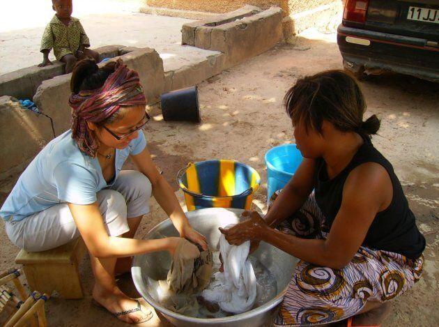 Laver mes vêtements avec ma «mère». Ma jupe n'a jamais été aussi blanche!