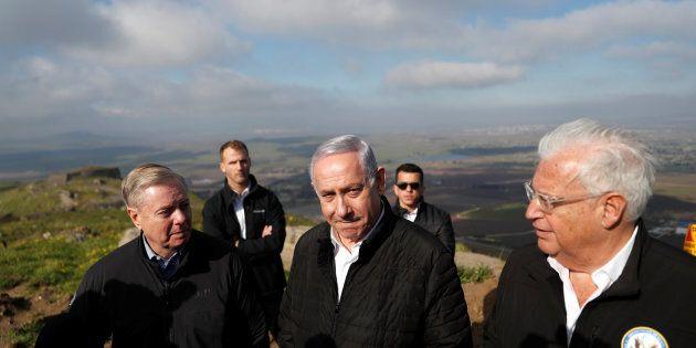 Le premier ministre israélien Benjamin Netanyahu, le sénateur républicain américain Lindsey Graham et l'ambassadeur américain en Israël, David Friedman, visitent la frontière entre Israël et la Syrie sur le plateau du Golan, occupé par Israël.
