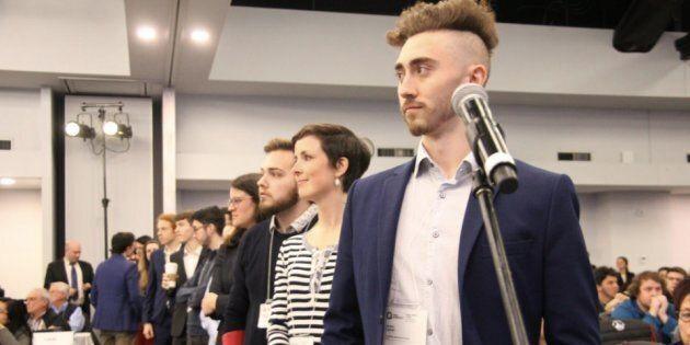 Photo prise lors du huis clos du Conseil national du PQ, qui montre une rangée de jeunes qui appuient...