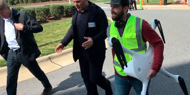 Le PDG de Matternet, Andreas Raptopoulos, marche avec un opérateur transportant un drone utilisé pour...