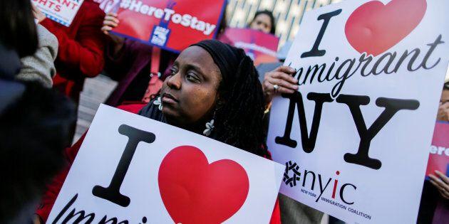 Des immigrants haïtiens et des supporteurs ont manifesté leur opposition à la politique de l'administration...
