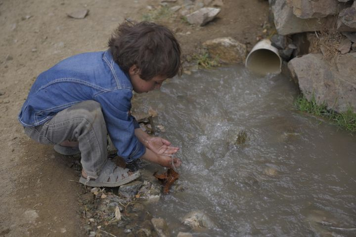 Le mardi 24 octobre 2017 : Un enfant se lave les mains dans l'eau non traitée provenant d'un tuyau d'égout dans le gouvernorat d'Amran, au Yémen. L'eau contaminée peut transmettre des maladies comme la diarrhée, le choléra, la dysenterie, la fièvre typhoïde et la poliomyélite.