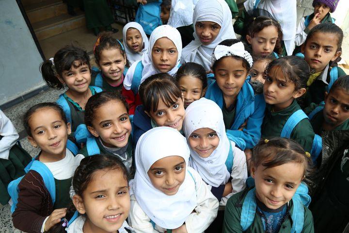 Le mardi 12 janvier 2016 : Des élèves qui ont reçu des sacs d'école de l'UNICEF se rassemblent dans la cour de l'école Al-Saeed d'Ibb, au Yémen.