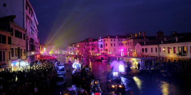Un spectacle aquatique donne le coup d'envoi du Carnaval de