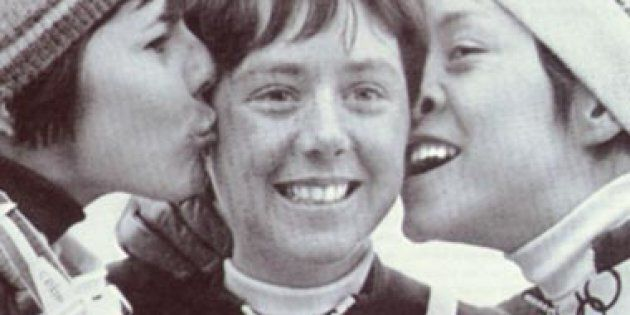 Nancy Greene sur le podium aux JO de Grenoble en 1968 avec la Française Annie Famose (à gauche) et la...