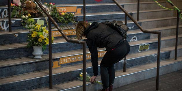 Des membres de la communauté de Humboldt déposent des fleurs sur les marches du Elgar Petersen Arena,...