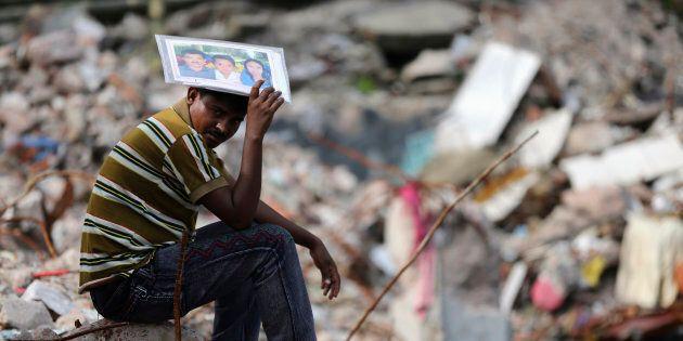 Abdur Rahman tient une photo de Cahyna Akhter, une couturière qui travaillait lorsque le bâtiment Rana...