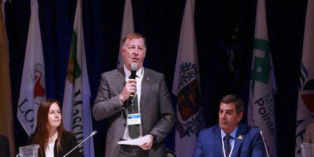 Marc Demers, maire de Laval entouré de Virginie Dufour, membre du comité exécutif de la Ville de Laval et de Richard Perreault, maire de Blainville au Forum sur le mobilité et transport collectif. (Groupe CNW/Forum sur la mobilité et le transport collectif)