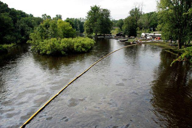Opération de nettoyage de la rivière Kalamazoo à Battle Creek, au Michigan, le 28 juillet