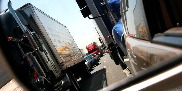 Il est à craindre que le passage quotidien de plusieurs centaines, voire de milliers, de camions lourds génère du bruit, de la poussière et des émanations néfastes qui vont dégrader davantage la qualité de vie des habitants du secteur.