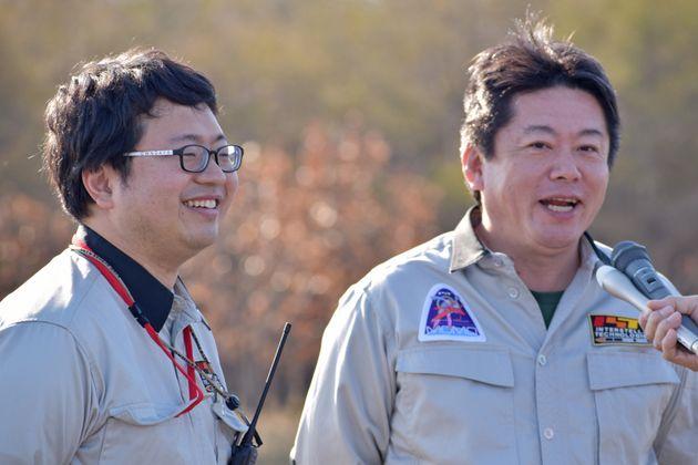 ロケット打ち上げの成功を町民らに報告するインターステラテクノロジズの稲川貴大社長(左)と創業者の堀江貴文さん=5月4日午前、北海道大樹町