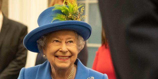 Élisabeth II, reine du Canada, demeure le chef d'État à ce