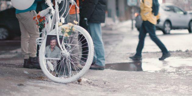 Un vélo fantôme à la mémoire de Clément Bazin au coin des rues Lajeunesse et