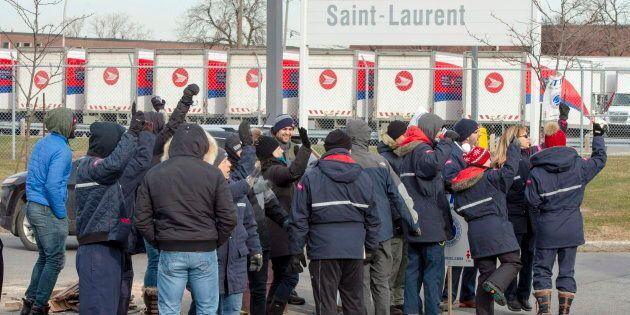 La semaine dernière, des syndiqués ont manifesté devant un bâtiment de Postes Canada à Saint-Laurent...