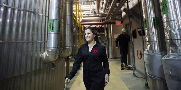 La ministre des Affaires étrangères Chrystia Freeland lors d'une visite de Bunge, une usine de production...
