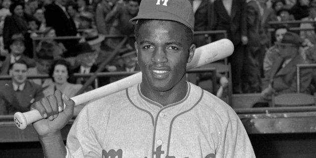 Jackie Robinson, des Royals de Montréal, pose le 18 avril 1946. Robinson a brisé la barrière de couleur...