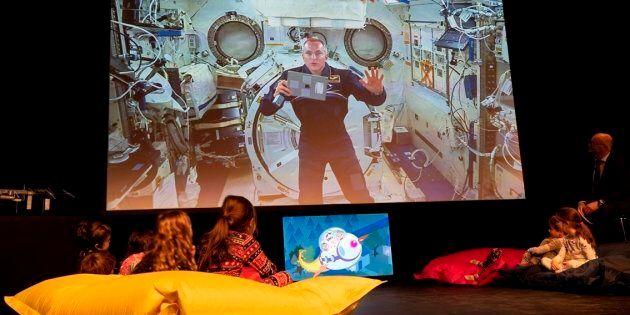 L'astronaute David Saint-Jacques, à bord de la Station spatiale internationale, lit une histoire à des...