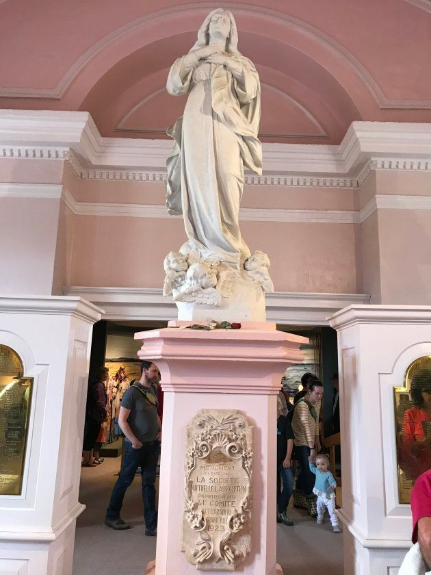 Statue d'Évangéline à l'intérieur de l'église commémorative de Grand
