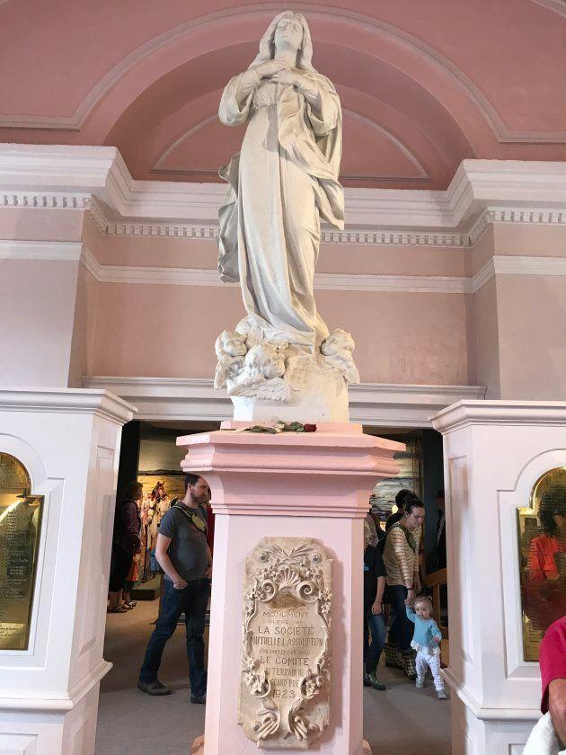 Statue d'Évangéline à l'intérieur de l'église commémorative de Grand Pré.