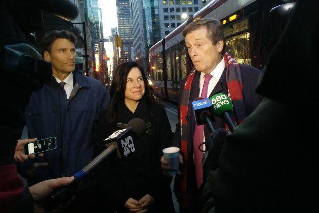 La mairesse de Montréal, Valérie Plante, et l'ex-maire de Vancouver, Gregor Robertson, lors d'une visite à Toronto avec le maire John Tory en novembre 2017.