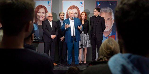 L'ancien premier ministre Philippe Couillard entouré de ses candidats de la région de Saguenay, dans...