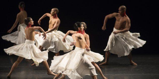 Les danseurs ressemblent parfois à des sortes de poupées mécaniques dont tous les membres s'agitent à...