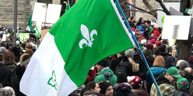 Drapeau franco-Ontarien, lors d'une manifestation pour la défense du français, le 1er décembre