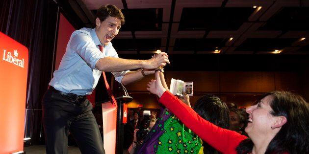 Le premier ministre Justin Trudeau salue des militants avant de prendre la parole au Congrès du PLCQ...