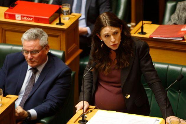 La première ministre de Nouvelle-Zélande Jacinda Ardern s'adresse au Parlement à Wellington, N.-Z., en mai 2018 alors qu'elle est enceinte de son premier enfant. Plusieurs espèrent que la femme de 37 ans deviendra un modèle pour avoir su conjuguer maternité et leadership politique.