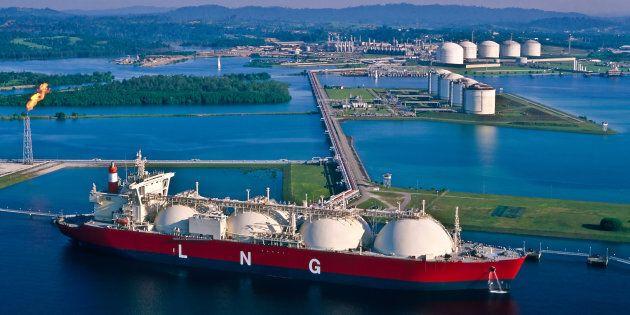 Navire-citerne de gaz naturel liquéfié au port.
