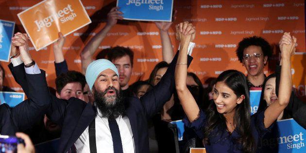 Le chef du Nouveau Parti démocratique, Jagmeet Singh, célèbre sa victoire avec son épouse Gurkiran Kaur Sidhu à l'élection partielle de Burnaby-Sud à Burnaby, en Colombie-Britannique, le 25 février 2019.