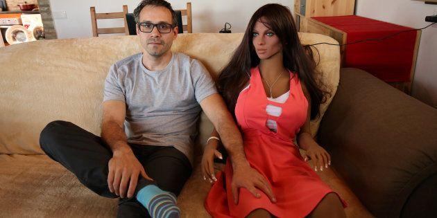 L'ingénieur en nanotechnologie catalan Sergi Santos pose à côté de Samantha, une poupée sexuelle munie...