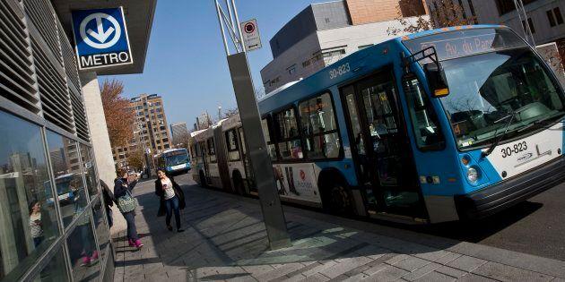Un autobus de la Société de transport de Montréal (STM) devant une station de