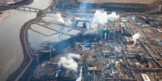 Une raffinerie de pétrole située le long de la rivière Athabasca, à proximité des sables bitumineux,...