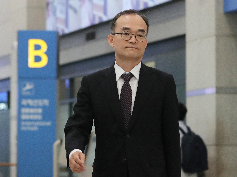조기귀국한 문무일 검찰총장이 수사권 조정에 대해 다시 우려를
