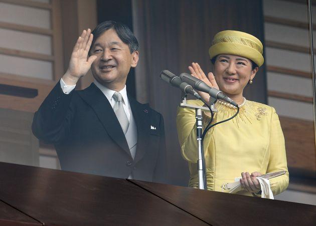 即位を祝う一般参賀で、手を振られる天皇、皇后両陛下=5月4日午前、皇居
