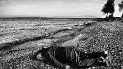 L'artiste Ai Weiwei reproduit la photo d'Alan Kurdi sur une plage de