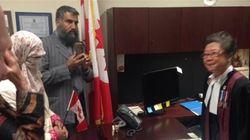Zunera Ishaq prête serment avec son