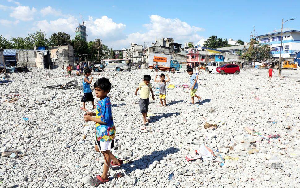 마닐라의 한 저소득 주택가에서 아이들이 놀고 있다. 아이들이 노는 곳은 얼마전 화재로 한 블록이 전소돼 생긴