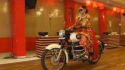 Elle arrive en motocyclette à son mariage