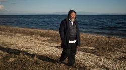 L'artiste chinois Ai Weiwei pose en Alan Kurdi sur une plage de