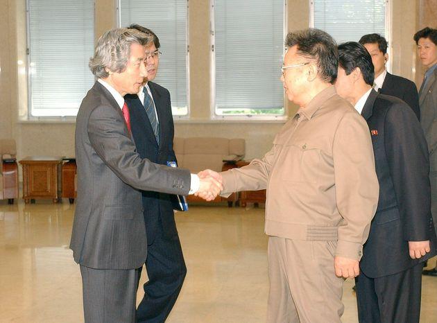 日朝首脳会談を前に握手する小泉純一郎首相(左)と北朝鮮の金正日総書記(午前、北朝鮮・平壌市郊外の大同江迎賓館)= 2004年5月22日